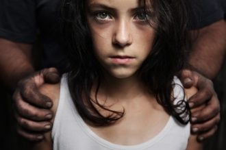 Strigător la cer! Un bărbat de 63 de ani a violat o fetiță de 10 ani