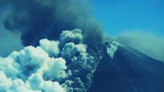 Vulcanul Pavlof din Alaska erupe şi trimite în atmosferă o coloană de cenuşă de 11 kilometri