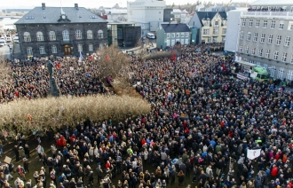 Тысячи человек вышли на улицы Рейкьявика, требуя отставки премьер-министра Исландии