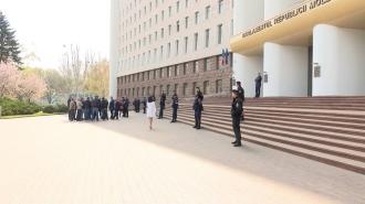 Десятки владельцев автомобилей с иностранными регистрационными номерами собрались у стен парламента на акцию протеста.