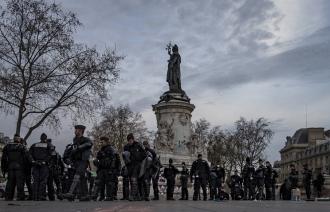 В Париже полиция разогнала палаточный городок несогласных с политикой властей