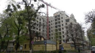 Строительство жилого комплекса по-соседству с посольством Франции в Молдове продолжается.