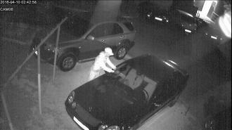 Două mașini parcate în curtea unui bloc din sectorul Botanica au fost stropite cu un amestec de combustibil de către un necunoscut